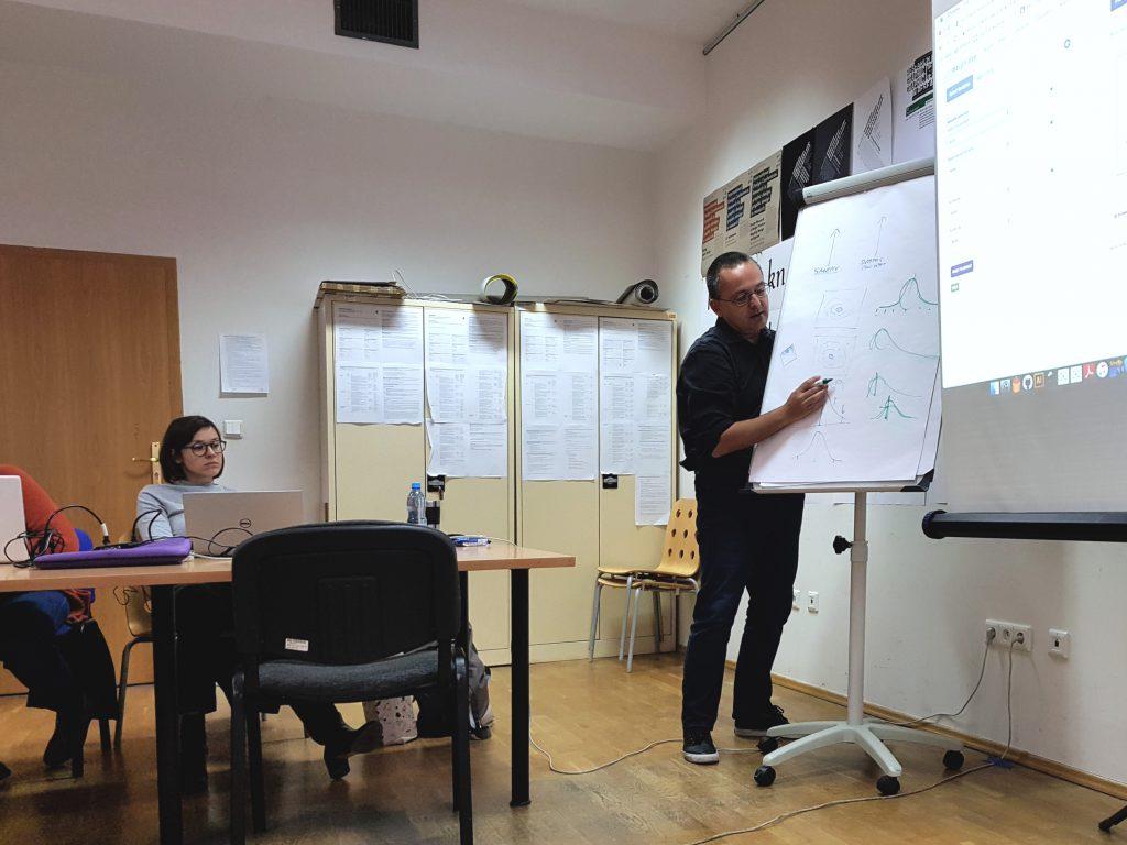 Alberto Cairo objaśnijący sposoby interpretacji danych liczbowych