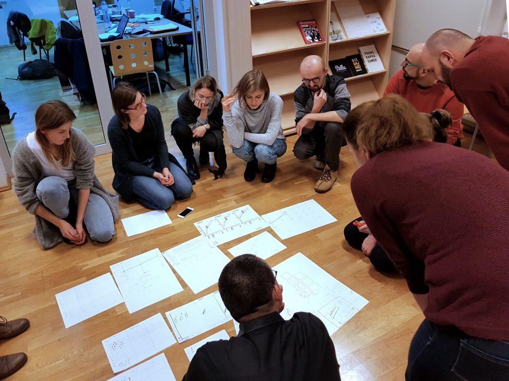 Uczestnicy warsztatów omawiają efekty ćwiczenia praktycznego