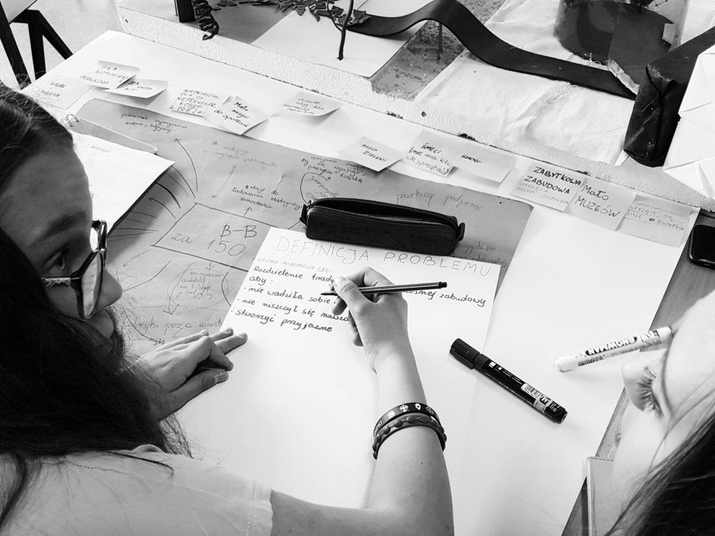 Dwie osoby pracują nad definicją problemu projektowego.