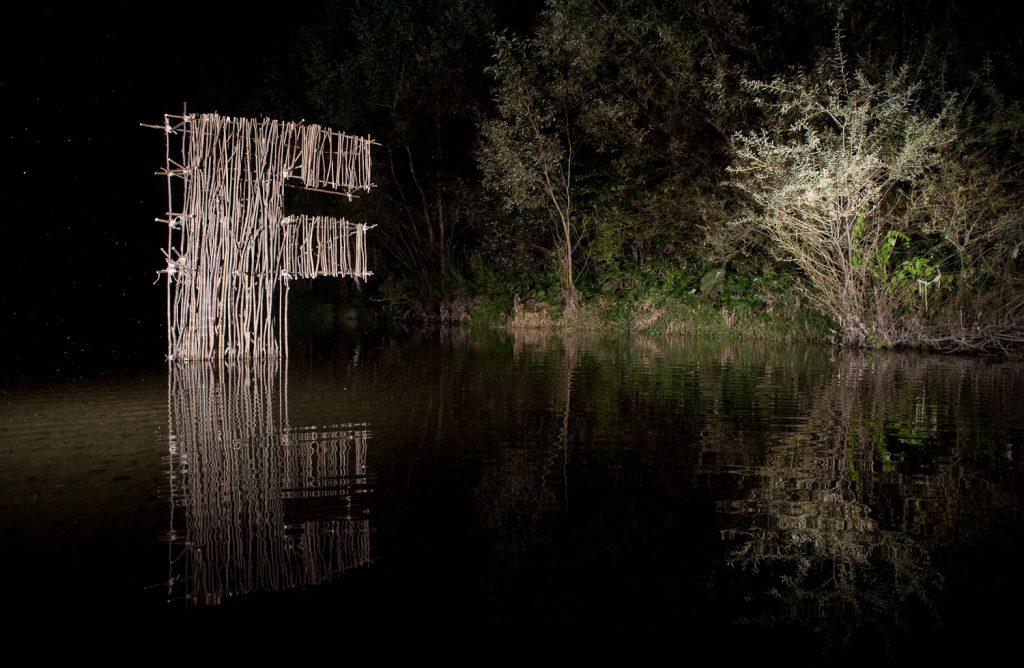 Litera F na rzece w nocy