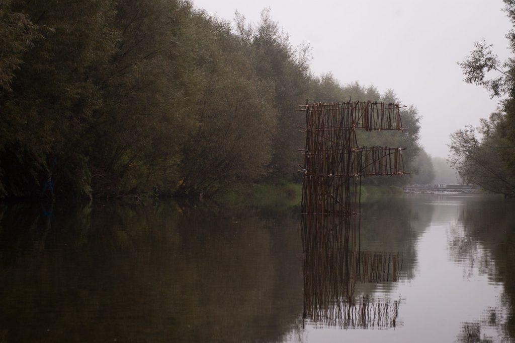 Kitera F na rzece w dzień